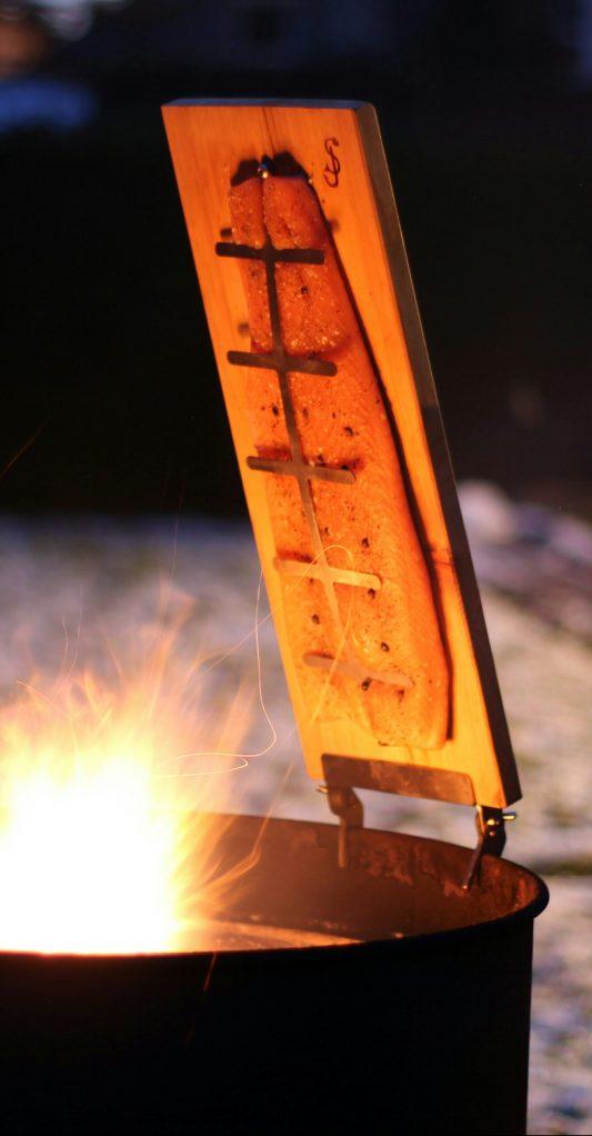 Feuerlachs an der Feuertonne hergestellt