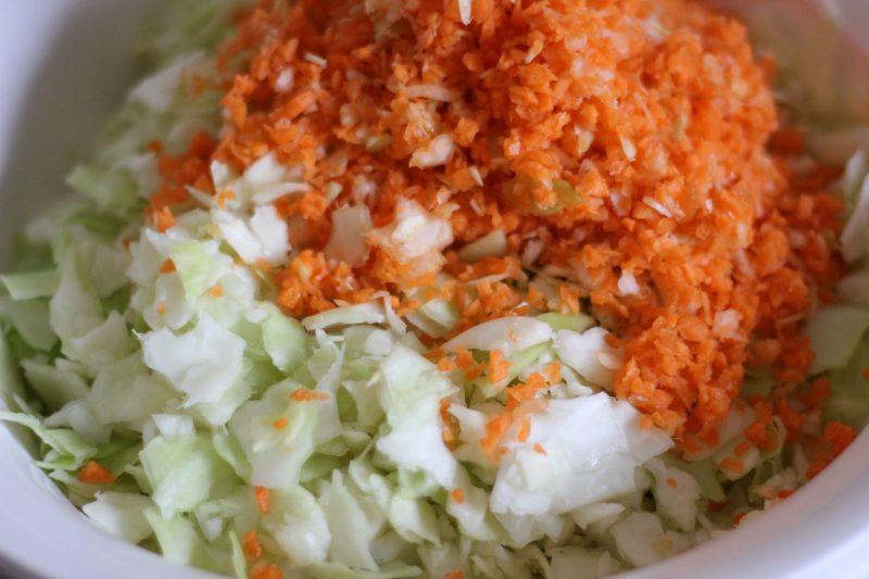 Geschnittener Weißkohlsalat mit Möhren.